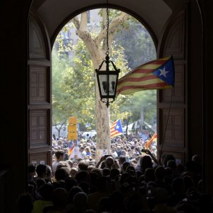 Vista de la manifestació des de l'entrada de l'edifici històric de la UB / Laura Gómez