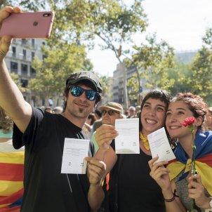 38concentració democràcia plaça universitat paperetes foto laura gomez
