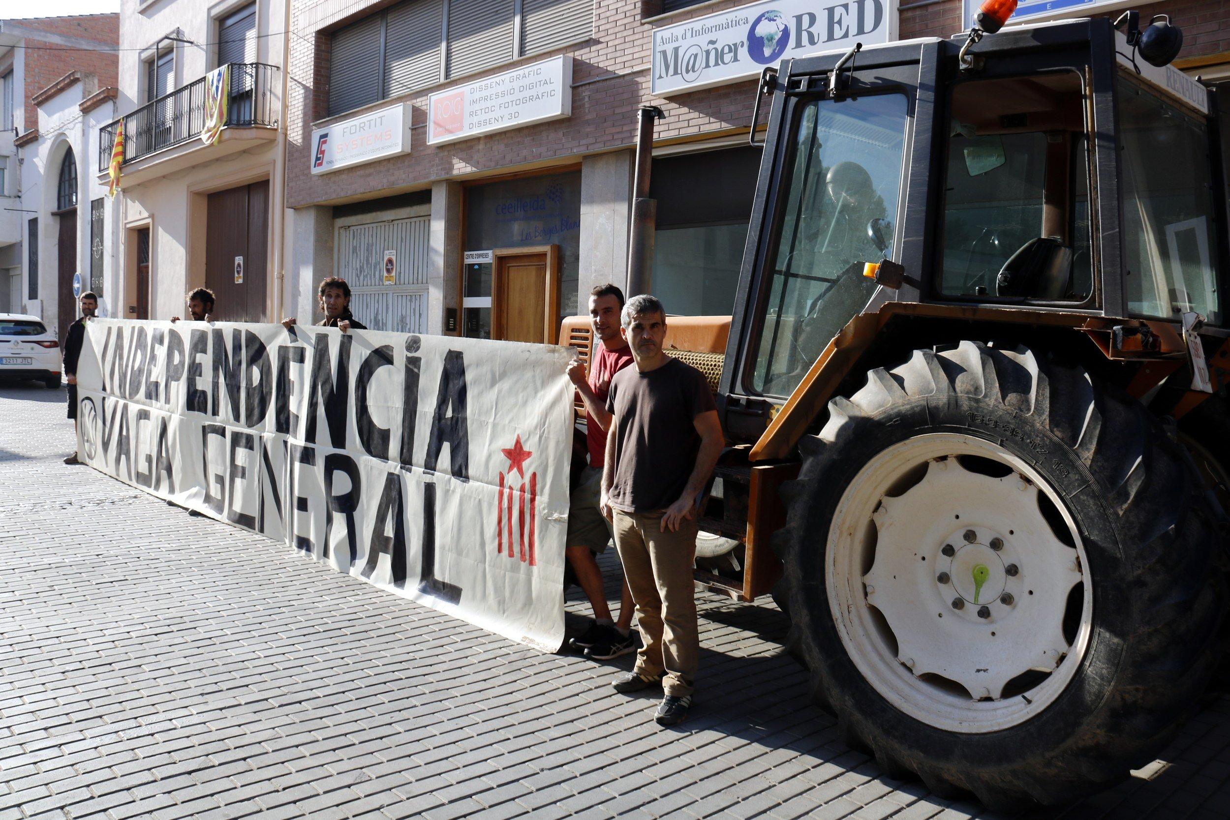 Aparcan un tractor ante el colegio electoral de les borges for El tiempo les borges blanques