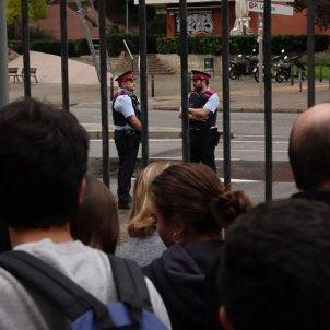 Mossos vigilant Institut Joan Brossa Roberto Lázaro 02