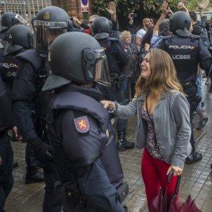 Referèndum repressió 1102017 joven llora antidisturbios Instituto Can Vilumara de L'Hospitalet - Quique García EFE