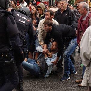POLICIA 1-O MANIFESTANTS VIOLENCIA GUINARDÓ - ROBERTO LAZARO