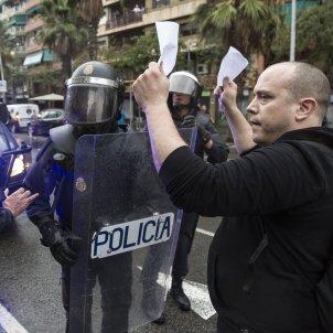 1-O referendum policia Nacional paperetes  - Sergi Alcazar