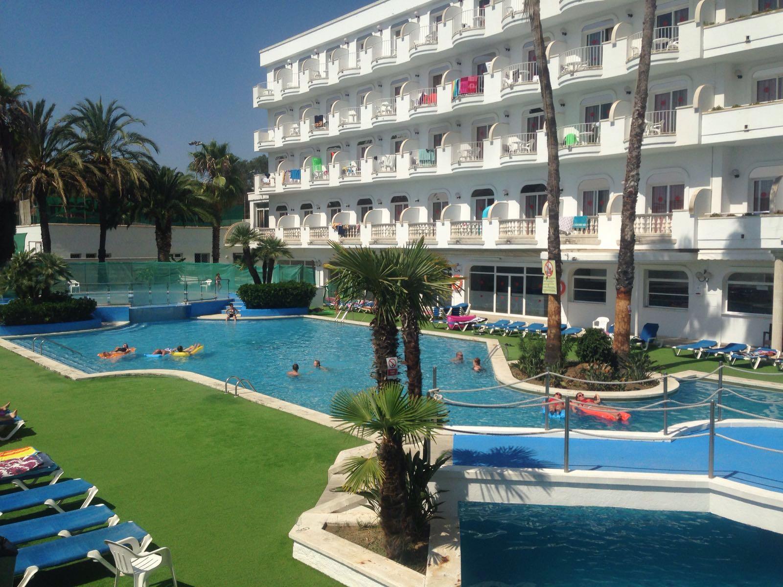 Lloret esperant hotel a la piscina i amb un mojito for Piscina lloret