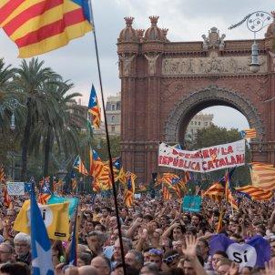 manifestacio passeig lluís companys laura gomez declaració i suspensió de la independència per part de Puigdemont 04