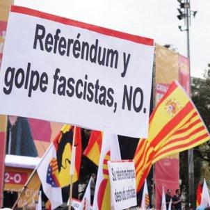 pancartes contra Puigdemont mani unionista 12 o