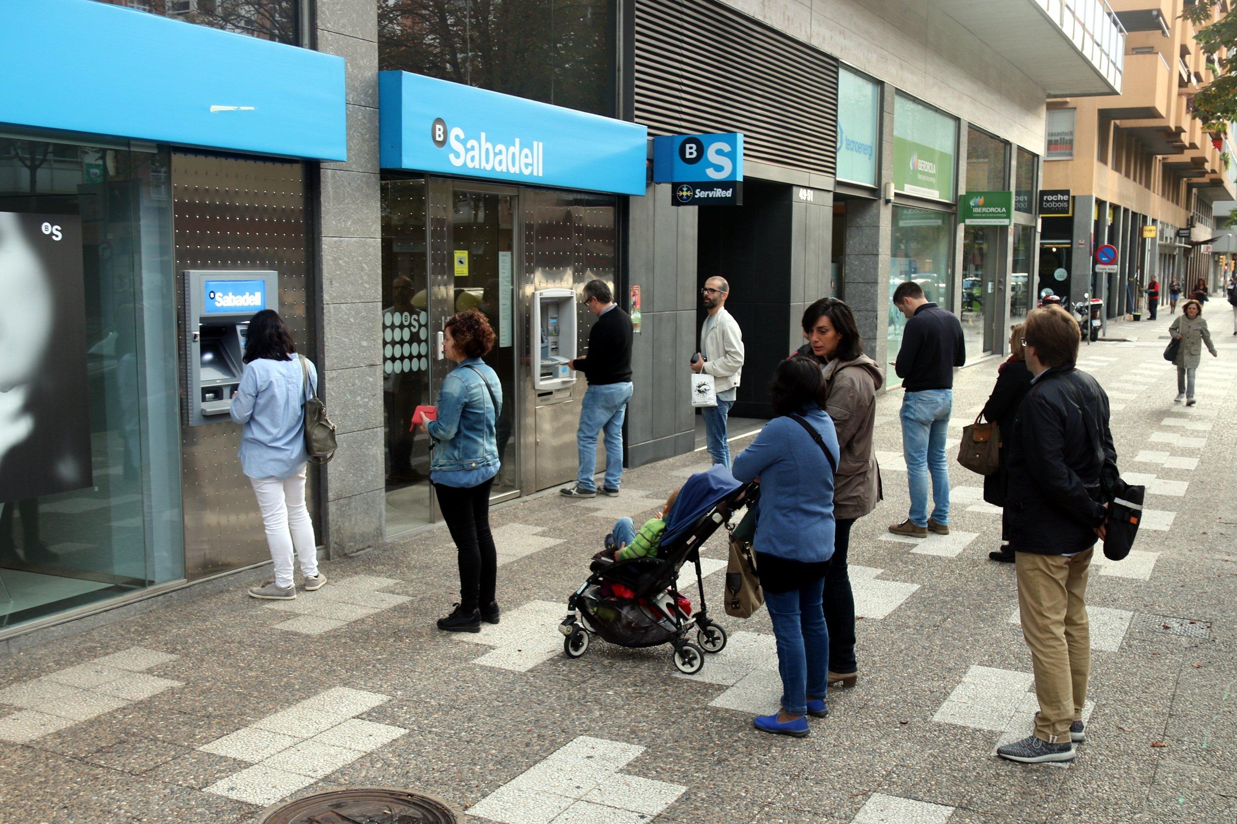 Colas sin aglomeraciones en los cajeros para hacer una for Cajeros barcelona