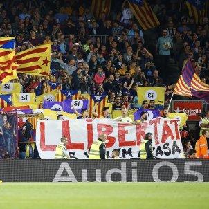 Pancarta llibertat estelades Camp Nou Barça Màlaga Efe