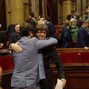 Puigdemont abraça Comín 27 O - Sergi Alcàzar