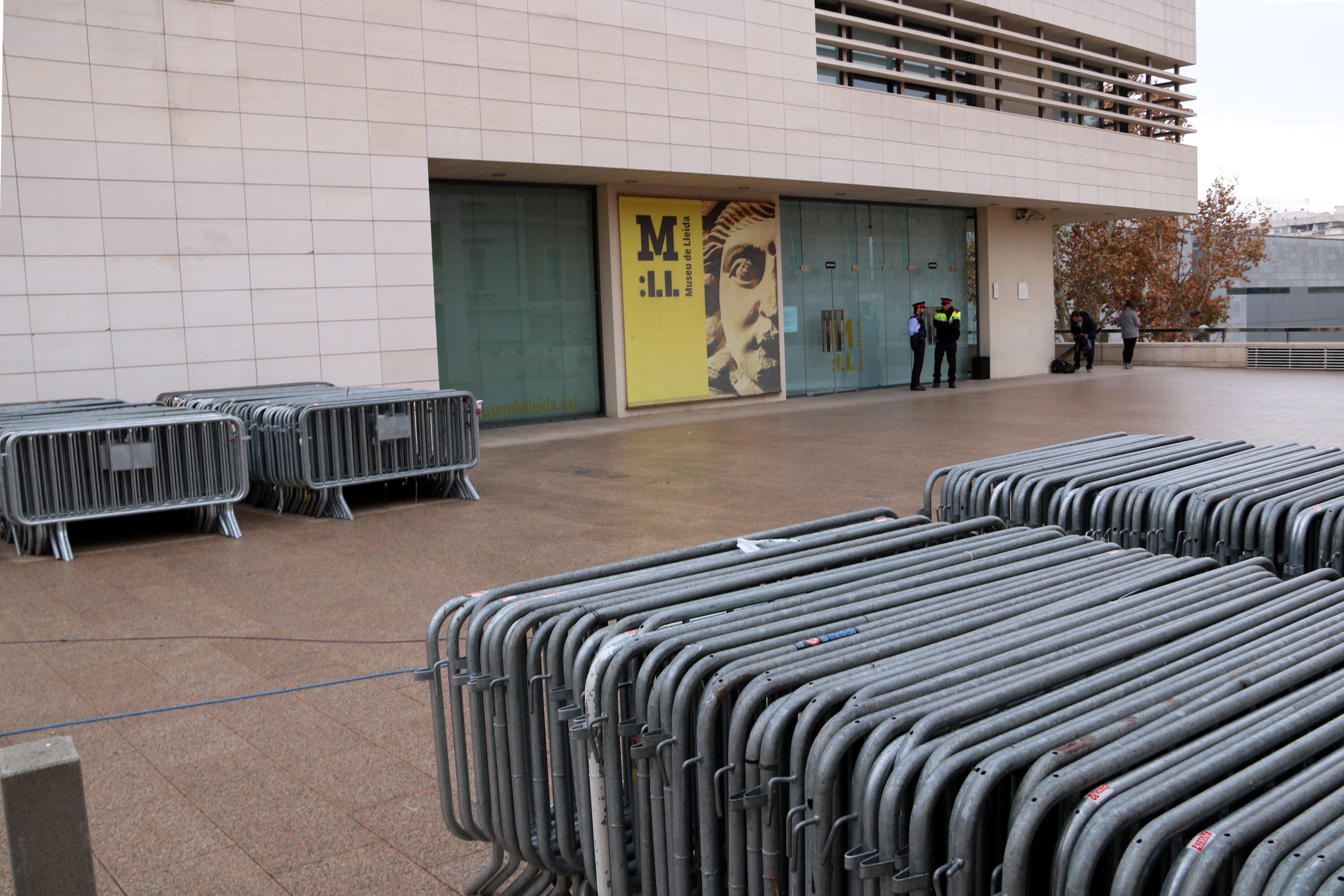 tanques davant museu Lleida Sixena ACN