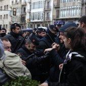 Els Mossos carreguen contra manifestants davant del Museu de Lleida