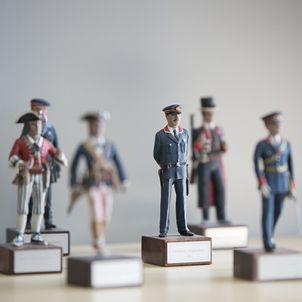 Figuretes de l'uniforme dels Mossos al llarg dels anys / Sergi Alcàzar