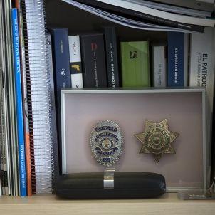 Detall de la estanteria del despatx d'Albert Batlle / Sergi Alcàzar