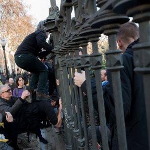 24laura gomez concentració a les portes del parc de la ciutadella