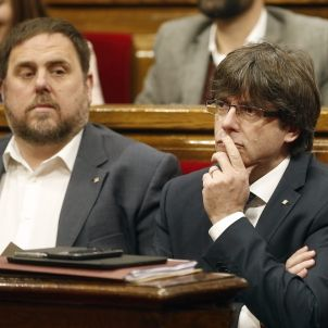 Puigdemont i Junqueras durant el ple
