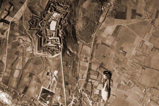 L'aviació franquista bombardeja Figueres. Fotografia bombardeig sobre el castell de Sant Ferran. font Lletres.net