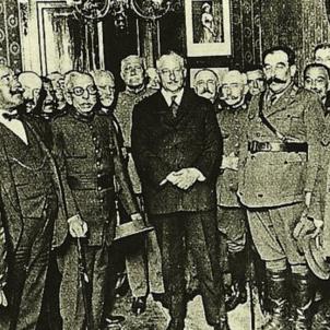 Primo de Rivera destitueix la junta del Col·legi d'Advocats per publicar en català. Estat major de Primo de Rivera (1923). Font Enciclopedia
