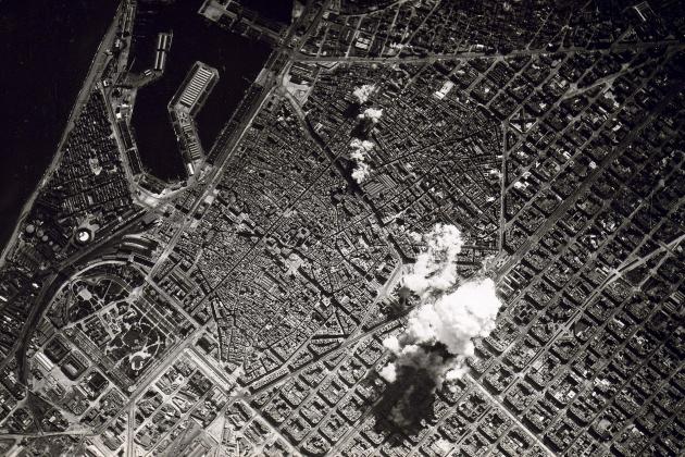 L'aviació franquista bombardeja Barcelona durant tres dies. Vista aèria del bombardeig. Font Viquipèdia
