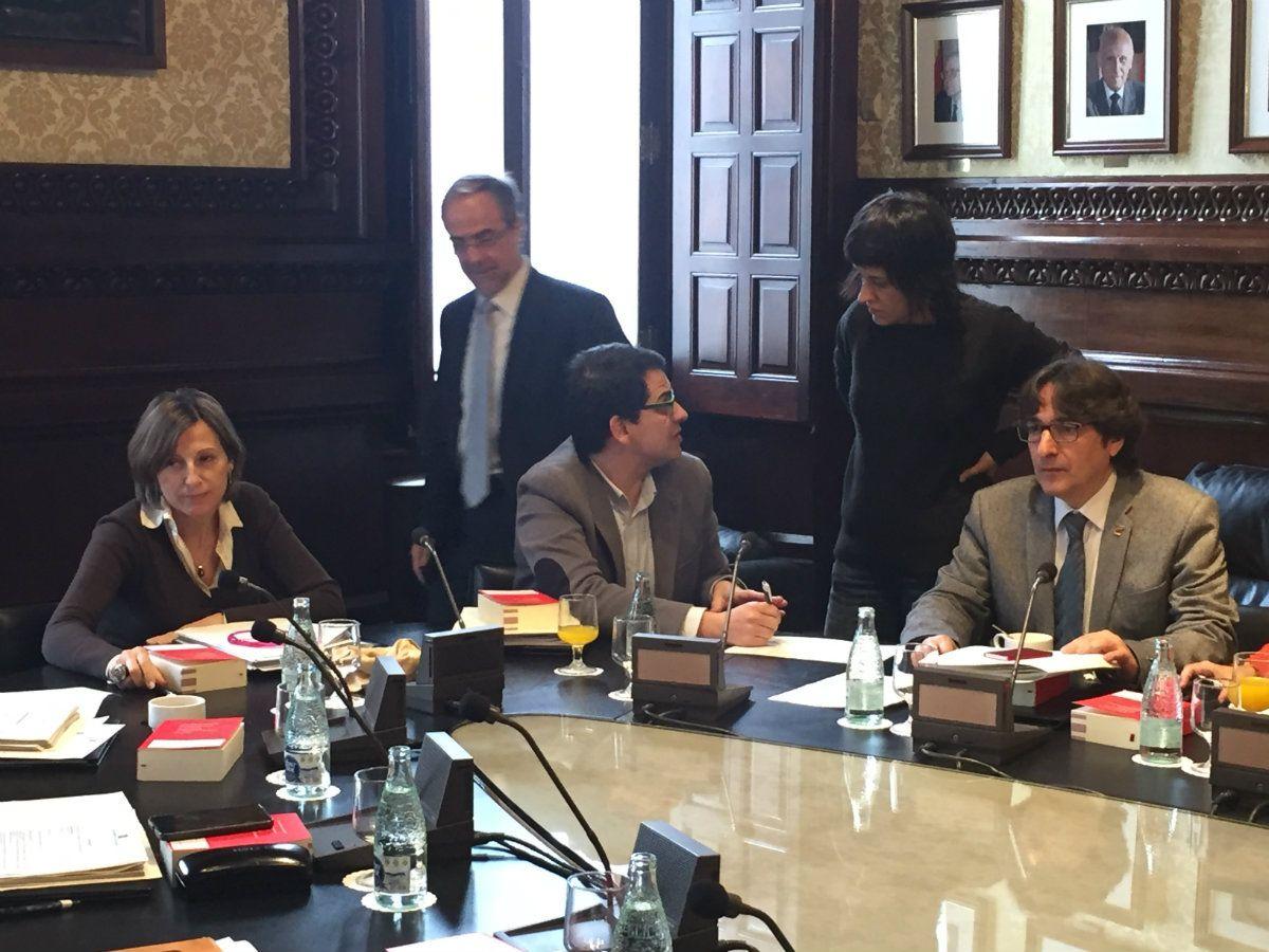 El parlament ultima el codi de conducta dels diputats for Mesa parlament