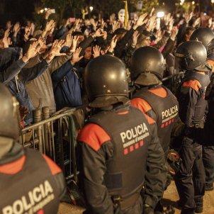 cordo policial mossos parlament Mans - Sergi Alcàzar