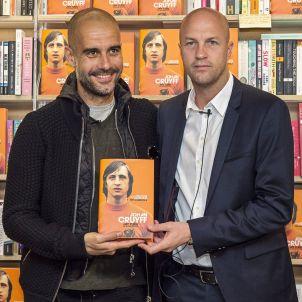 Guardiola Jordi Cruyff presentació autobiografia Johan EFE