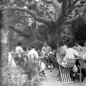 S'inaugura l'Escola del Bosc, la primera escola l'aire lliure. La classe dels nens. Font Ajuntament de Barcelona
