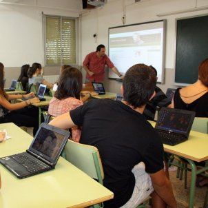 alumnes fent classe a l'institut