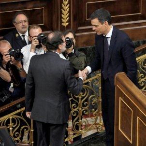 Pedro Sánchez i Mariano Rajoy encaixen les mans efe