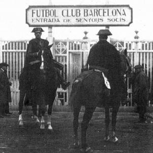 El public del camp del Barça xiula l'himne d'Espanya. La Guàrdia Civil clausura l'estadi de Les Corts. Font Arxiu F.C. Barcelona