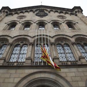 Les banderes a mig pal a la façana de la UB / Sergi Alcàzar