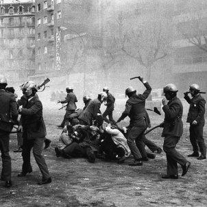 (c) Manel Armengol, 1976 Barcelona Fotos prohibides   Càrrega policial contra la manifestació per la 'Llibertat, Amnistia, Estatut d'Autonomia'