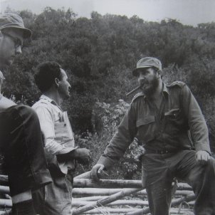 Pedro Baigorri amb un pagès i Fidel Catro. Foto: Antonio Núñez Jiménez