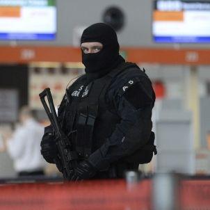 Policia a l'aeroport de Varsòvia
