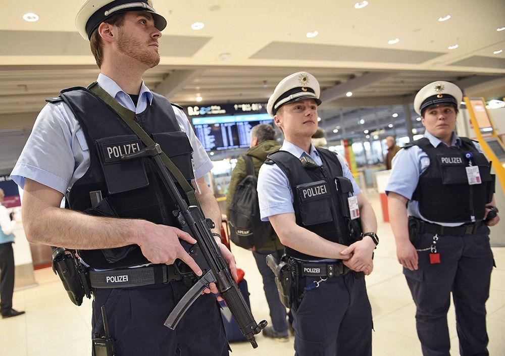 COLONIA (ALEMANIA) 22/03/2016.- Policías montan guardia en el aeropuerto de Colonia (Alemania) tras los atentados de Bruselas hoy, 22 de marzo de 2016. La seguridad en el aeropuerto de Colonia se ha visto reforzada tras los atentados perpetrados hoy en Br
