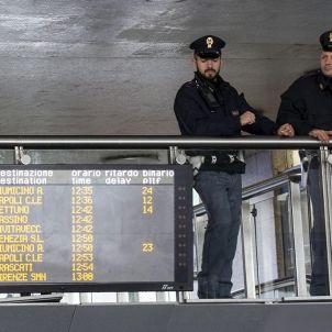 ROMA (ITALIA) 22/03/2016.- Policías italianos armados patrullan por la estación de ferrocarril de Termini, en Roma (Italia) hoy, 22 de marzo de 2016. La seguridad ha aumentado tras las explosiones registradas en el aeropuerto de Zaventem y en el metro de