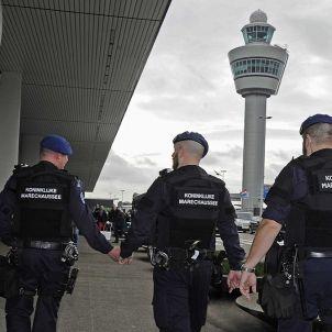 AMSTERDAM (HOLANDA) 22/03/2016.- Varios miembros de la policía militar holandesa patrullan el aeropuerto internacional de Ámsterdam-Schiphol (Holanda) hoy, 22 de marzo de 2016. Las medidas de seguridad se han incrementado tras conocer la noticia del aten
