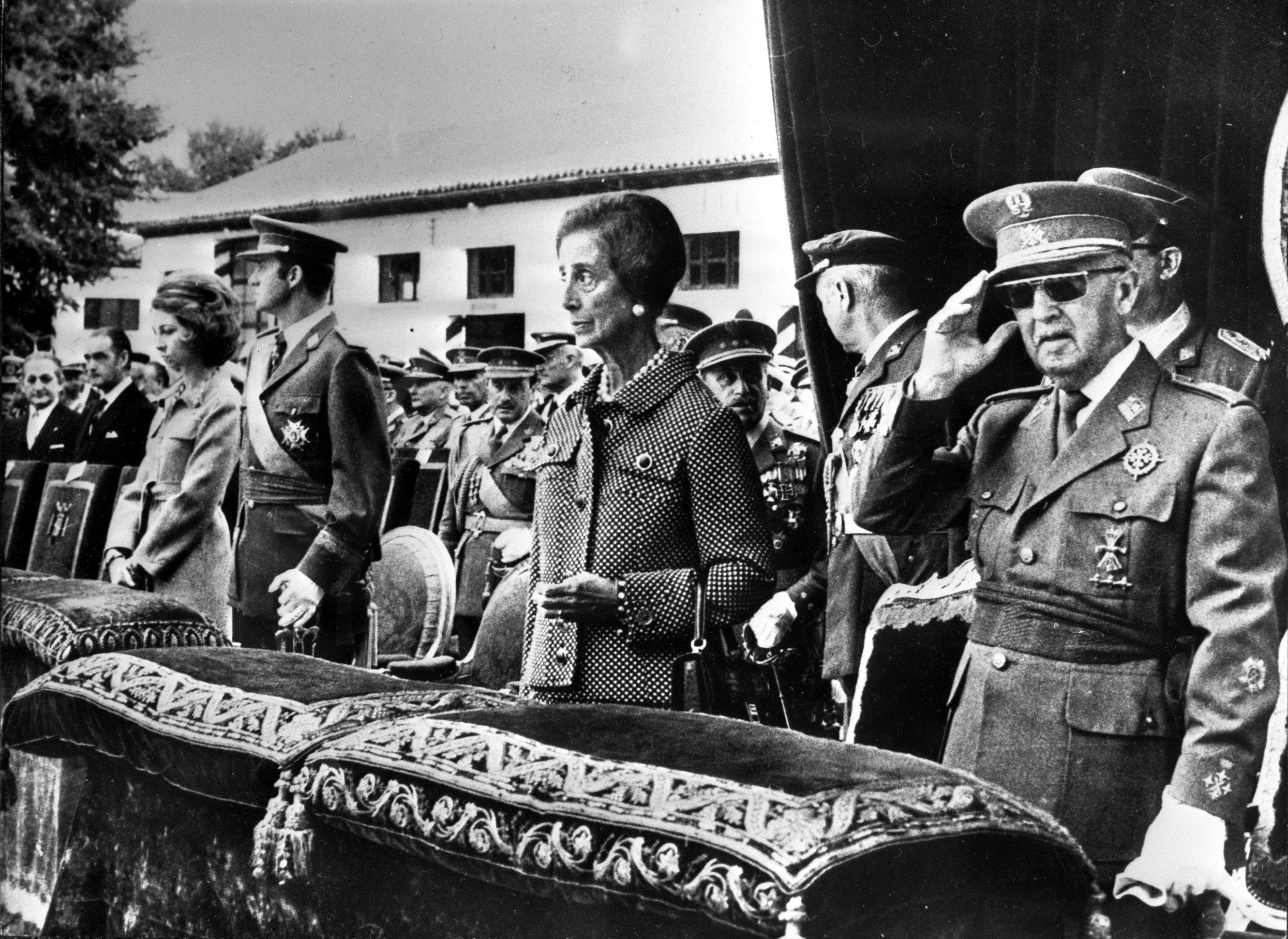 Resultado de imagen de Soroll de sabres: 181 comandaments militars defensen Franco