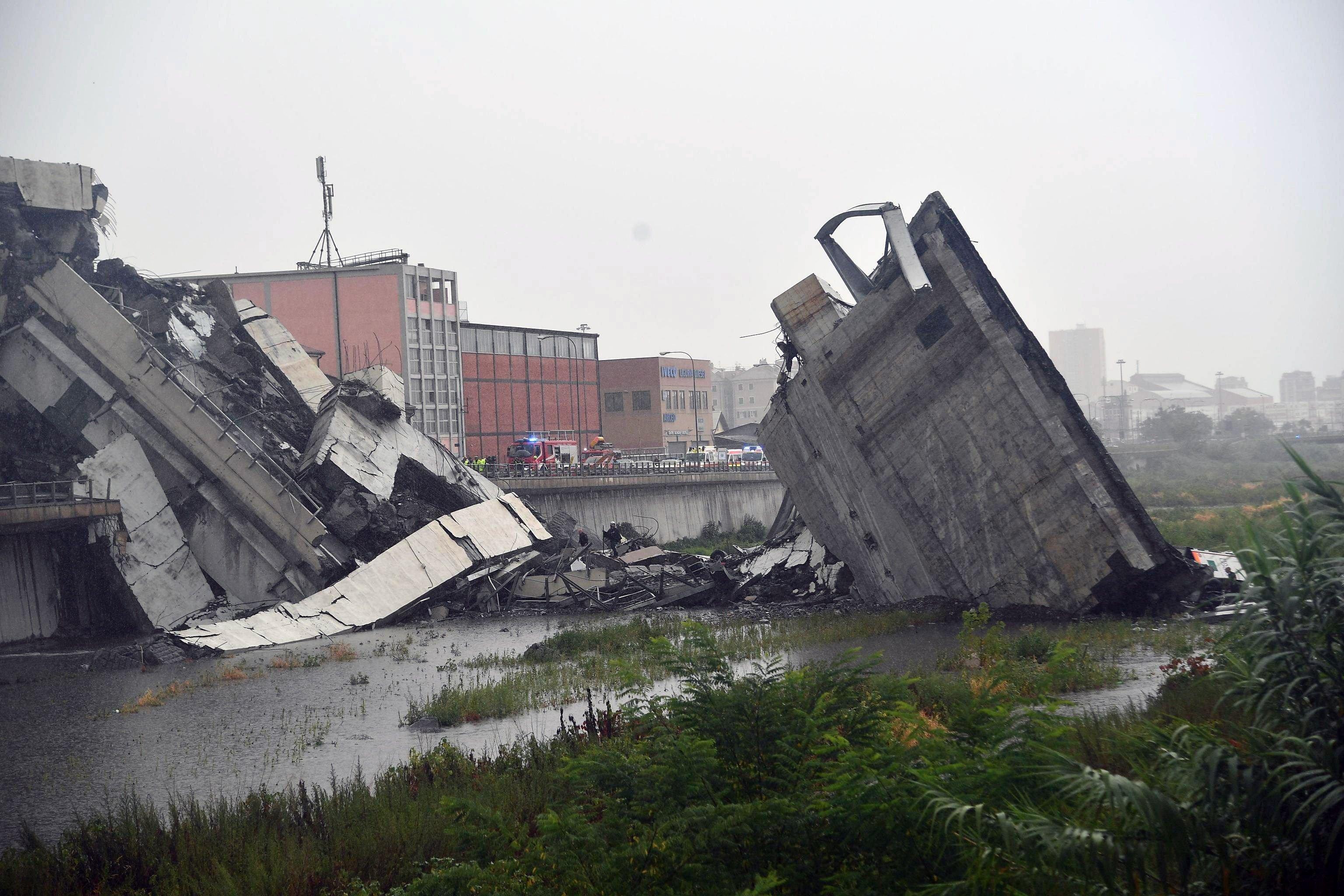 Resultado de imagen para Al menos 35 muertos al hundirse el puente de una autopista en Génova