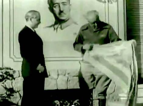 Sitges, 1939. Serrano Suñer (conegut com el Cuñadísimo) lliura al general Yagüe (conegut com el carnisser de Badajoz) una senyera estelada retirada de l'espai public.