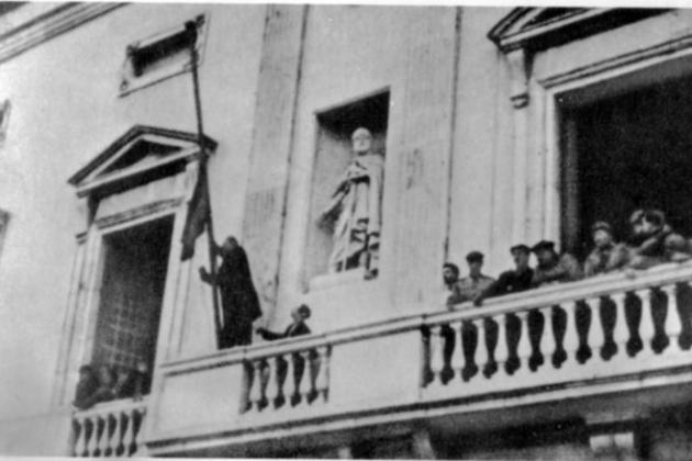 Tarragona, 1939. Substitució de la senyera per la bandera espanyola. Font Alerta los pueblos. Vicente Rojo. Biblioteca Virtual Miguel de Cervantes