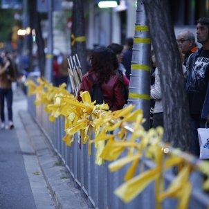 llaços grocs ensenyament via publica - Sergi Alcàzar