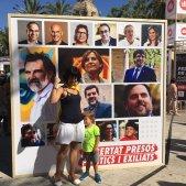 Famíllia davant cartell presos polítics diada 2018 / G.R
