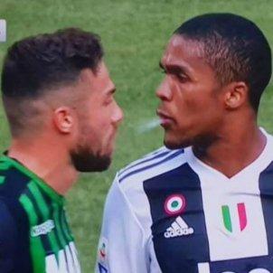 Captura Douglas Costa escupinada Juventus Sassuolo   Captura