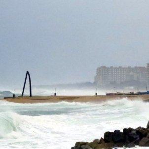 Onades xoquen amb força contra la costa en el temporal de vent i mala mar ajuntament de blanes