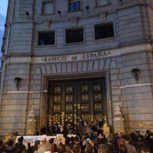 Imatge d'un grup de persones davant del Banc d'Espanya a Barcelona @CDRSants