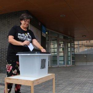 Pla general d'una dona introduint una papereta a l'urna de l'1-O, l'1 d'octubre de 2018  ACN