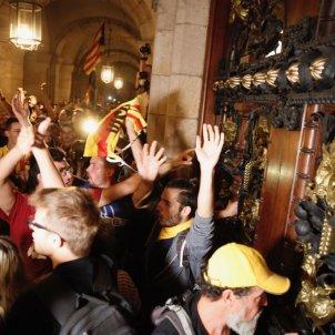 ELNACIONAL Manifestants assalt parlament aniversari 1-O - sergi alcazar