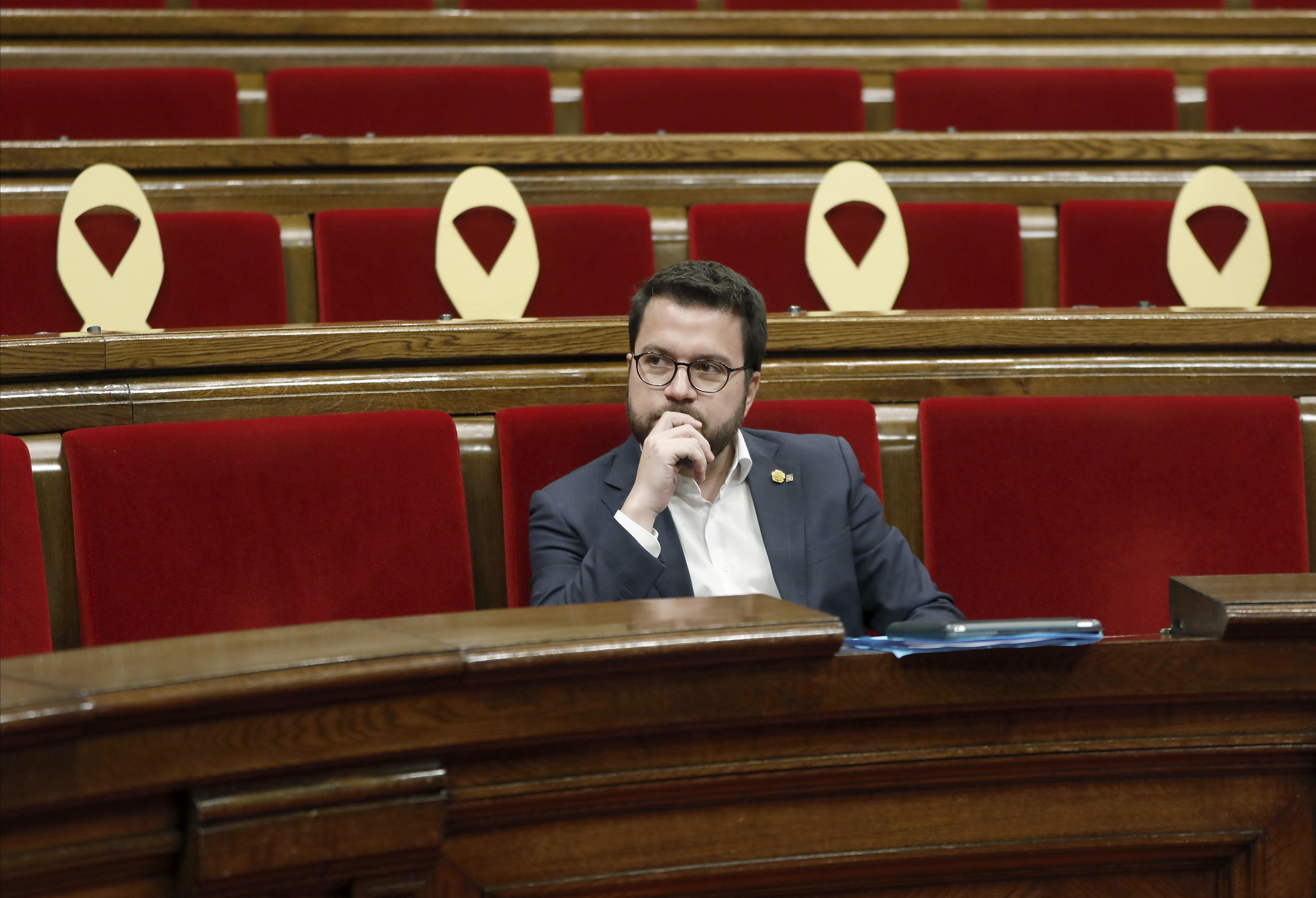 Pere Aragones sol a l'hemicicle del Parlament amb llaços grocs  - Efe