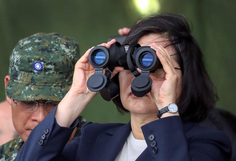 La presidenta de Taiwán, Tsai Ing wen, utiliza prismáticos durante su asistencia a unas maniobras efe