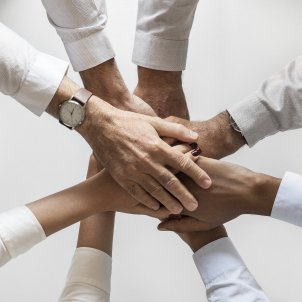 cooperacio mans - pixabay